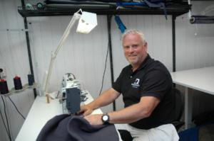 Kjetil Stenberg reparerer kalesje
