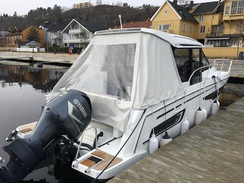 Hvit kalesje på hvit båt