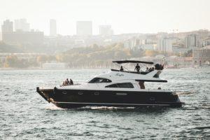 Blå og hvit yacht på vannet