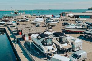 Båter som står på land