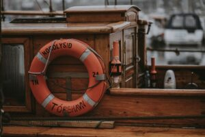 Båt med oransje livbøye