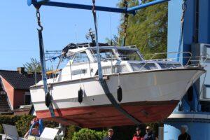 Båt som blir tatt opp med kran